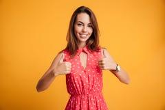 Portrait en gros plan de fille de sourire avec du charme de brune dans la robe rouge Image stock