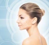 Portrait en gros plan de jeune, belle et en bonne santé femme avec des flèches Images stock