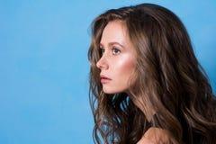 Portrait en gros plan de jeune belle femme Image stock