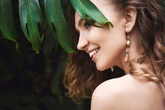 Portrait en gros plan de jeune belle fille avec la robe d'été de cheveux bouclés dans la forêt tropicale photographie stock