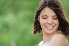 Portrait en gros plan de jeune brune agréable photographie stock