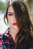 Portrait en gros plan de jeune femme avec de beaux yeux bleus Photo libre de droits