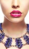 Portrait en gros plan de jeune femme avec le rouge à lèvres lumineux Photographie stock