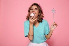Portrait en gros plan de jeune femme gaie avec la consommation magique de baguette magique Images libres de droits