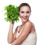Femme avec des herbes de paquet (salade). Suivre un régime de végétarien de concept Photographie stock