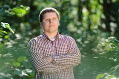 Portrait en gros plan de jeune homme beau dans la forêt Photo stock