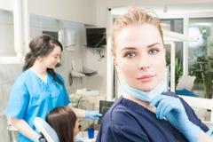 Portrait en gros plan de jeune orthodontiste dans la clinique dentaire photographie stock