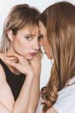 Portrait en gros plan de jeunes couples lesbiens sensuels posant ensemble Image stock