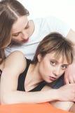 Portrait en gros plan de jeunes couples lesbiens sensuels posant ensemble Photos stock