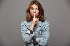 Portrait en gros plan de jolie femme de brune dans le showin de tenue de détente Photos stock