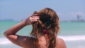 Portrait en gros plan de la belle jeune femme mignonne europ?enne de brune ou de la fille gaie regardant vers la mer, courant le  clips vidéos