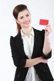 Portrait en gros plan de la jeune femme de sourire d'affaires tenant le crédit Photo libre de droits