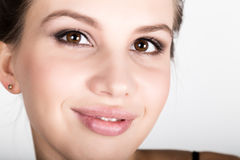Portrait en gros plan de la jeune femme, elle a étonné images stock