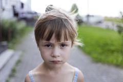 Portrait en gros plan de la petite fille sans amis déprimée malheureuse pâle blonde assez jeune d'enfant regardant tristement in  images libres de droits