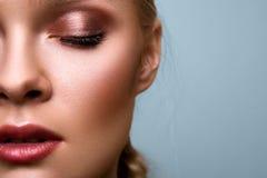 Portrait en gros plan de modèle commercial de beauté sur le bleu Photo stock
