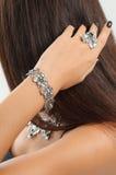 Portrait en gros plan de mode de bague à diamant, collier, bracelets, Images libres de droits