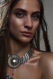Portrait en gros plan de mode de jeune amazone avec les tresses et le pe Image stock