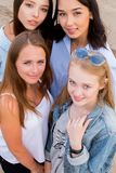 Portrait en gros plan de quatre jeunes belles amies en été sur la plage image stock