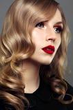 Portrait en gros plan de studio de belle femme avec le maquillage lumineux Image libre de droits