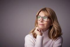 Portrait en gros plan de studio de femme âgée moyenne attirante image libre de droits