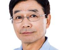 Portrait en gros plan des lunettes de port d'homme sûr Photos libres de droits