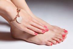 Portrait en gros plan des ongles manucurés et des orteils pedicured avec le gel photos libres de droits