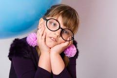 Portrait en gros plan des verres de port d'une adolescente Photo stock