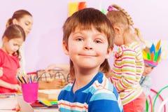Portrait en gros plan du garçon en ouvrant la classe Images libres de droits