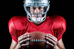 Portrait en gros plan du joueur de football américain sûr tenant la boule Photographie stock