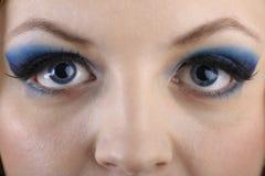 Portrait en gros plan du maquillage de l'oeil-zone de la belle fille avec le bleu Photos stock