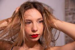 Portrait en gros plan extrême du visage de la fille blonde avec des mains dans ses cheveux photos stock