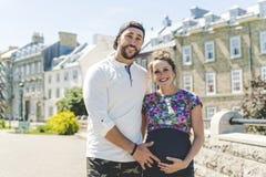 Portrait enceinte de couples dehors dans le voisinage photo libre de droits