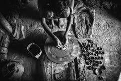 Portrait environnemental d'un potier images stock