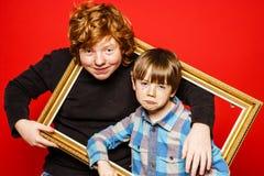 Portrait expressif de studio de deux frères photographie stock libre de droits