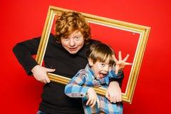 Portrait expressif de studio de deux frères images stock