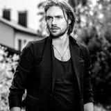 portrait extérieur blanc noir d'homme bel de longs cheveux élégants photographie stock