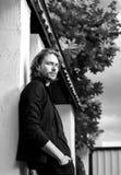 portrait extérieur blanc noir d'homme bel de longs cheveux élégants images libres de droits