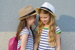 Portrait extérieur d'été de deux amie heureux 7, 8 ans dans le profil de parler et rire Photos stock
