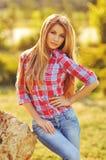 Portrait extérieur d'été de fille blonde assez mignonne de jeunes Belle femme posant au printemps Photos stock