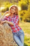Portrait extérieur d'été de fille blonde assez mignonne de jeunes Belle femme posant au printemps Images libres de droits