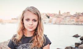 Portrait extérieur d'adolescente caucasienne blonde Photo libre de droits