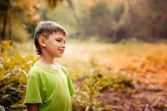 Portrait extérieur d'un garçon mignon Bonheur de sourire d'enfants Image libre de droits