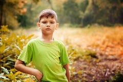 Portrait extérieur d'un garçon sérieux mignon Image stock