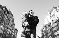 Portrait extérieur d'un père et d'un fils pensant, regardant loin Photographie stock libre de droits