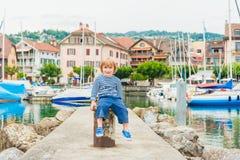 Portrait extérieur d'un petit garçon mignon Image libre de droits
