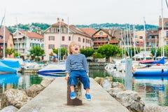 Portrait extérieur d'un petit garçon mignon Images libres de droits