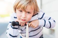Portrait extérieur d'un petit garçon mignon Photos libres de droits