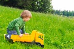 Portrait extérieur d'un petit garçon mignon image stock