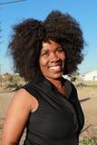 Portrait extérieur d'une belle femme africaine de sourire photo libre de droits