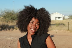 Portrait extérieur d'une belle femme africaine de sourire avec les cheveux Afro photos libres de droits